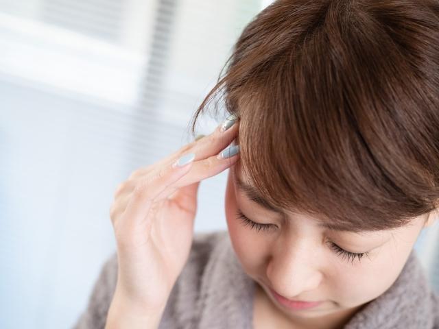 頭痛を起こしている女性