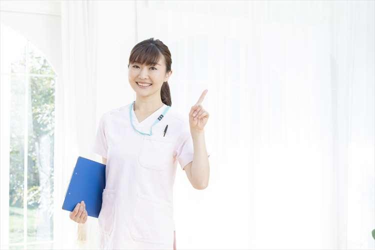 指差しをする医療従事者