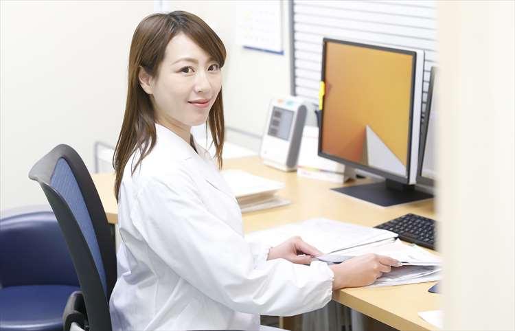白衣を着た女性ドクターの画像