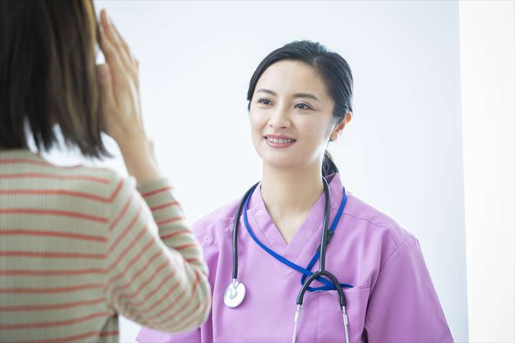 スタッフが患者に説明している画像