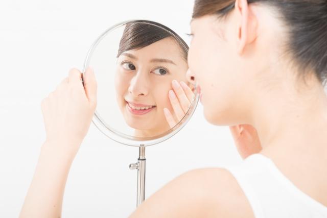 鏡越しに見る女性
