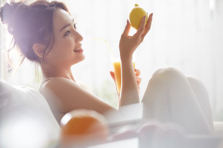 レモンを眺める女性