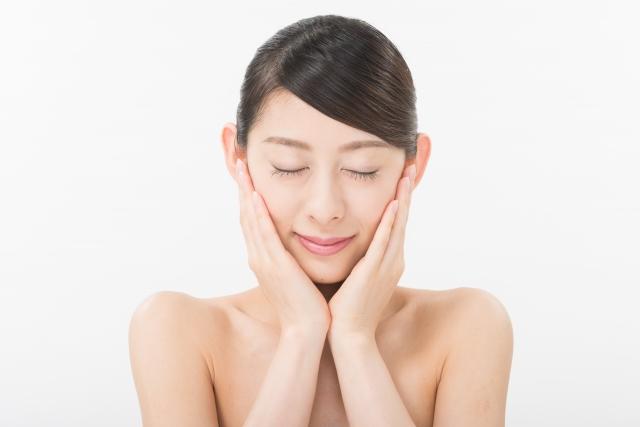 頬を触れている女性のイメージ