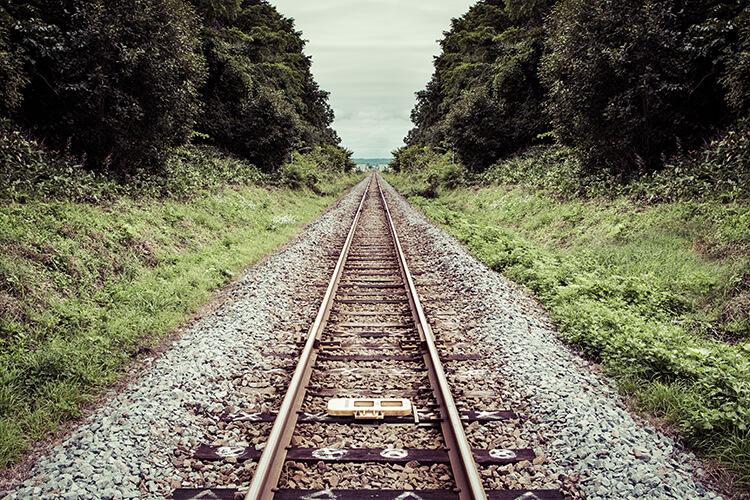 二分割構図におさめた線路の写真