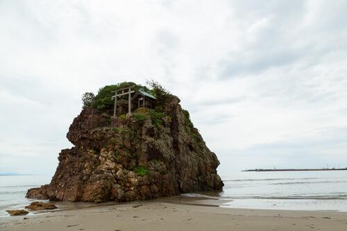 海にある岩の写真