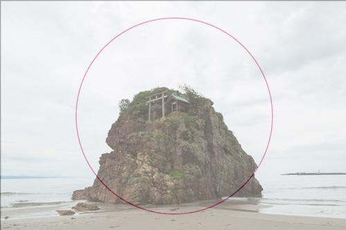 日の丸構図におさめた海にある岩の写真