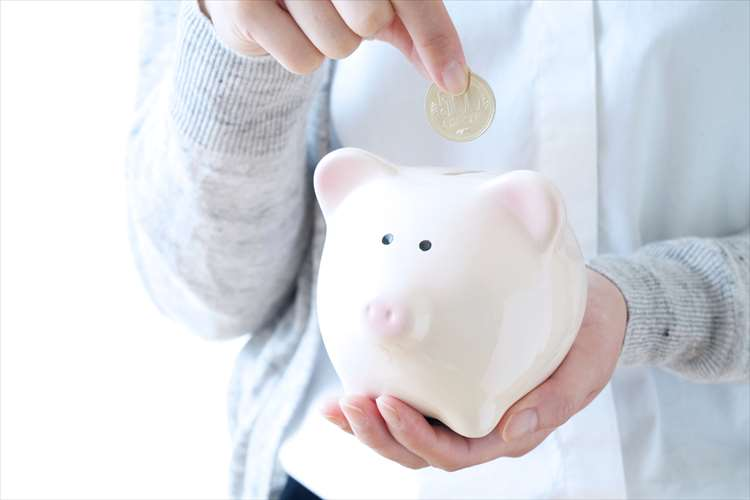 お金を貯金する女性