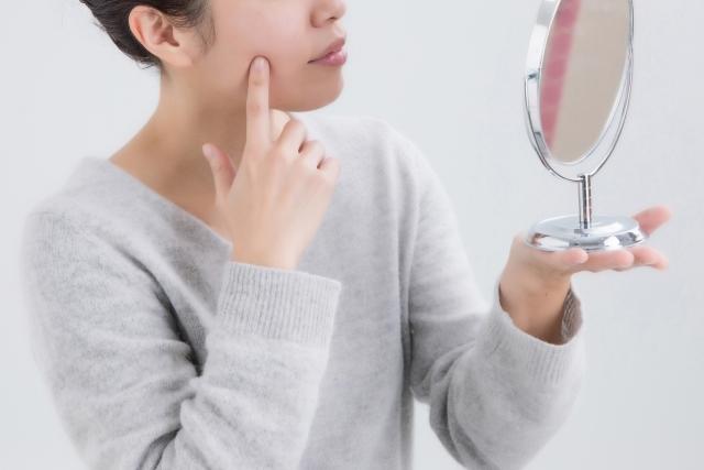 肌を確認する女性のイメージ