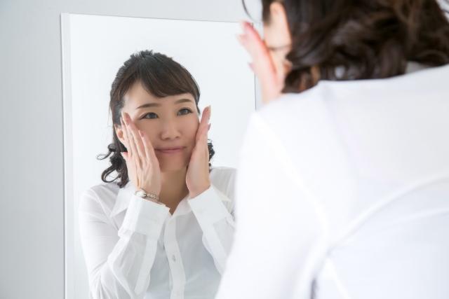 鏡を見る女性のイメージ
