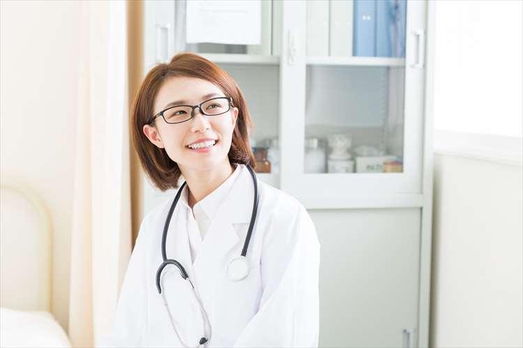 微笑むメガネ女性医師
