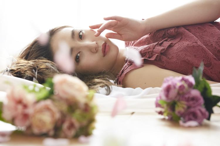花の中に横たわる女性