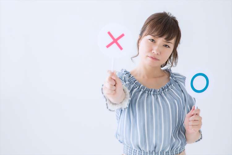 バツ印をつくる女性―のイメージ