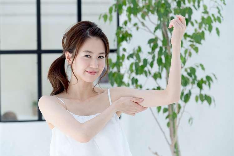 二の腕の部分痩せに満足している女性のイメージ