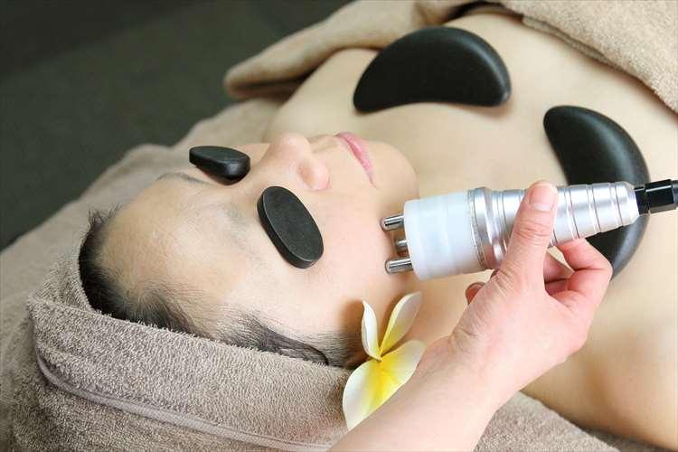 Εικόνα της γυναίκας που λαμβάνει υψηλής συχνότητας θεραπεία προσώπου