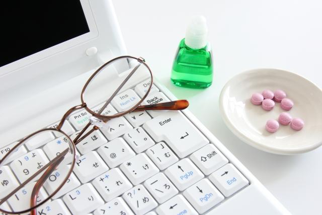 パソコンと眼鏡と薬