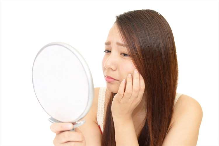 悲傷地看著鏡子裡的女人的形象
