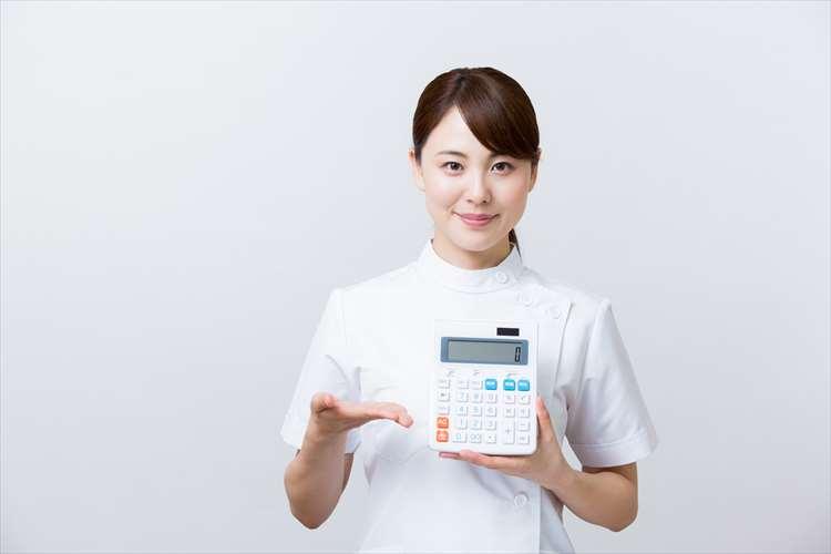 電卓を持つ看護師