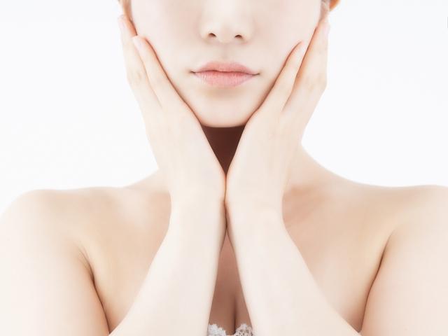 肌を包む女性